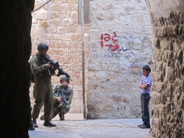 Ett av de många möten vi följeslagare har med soldater här i Västbanken. Foto: G. Matyias