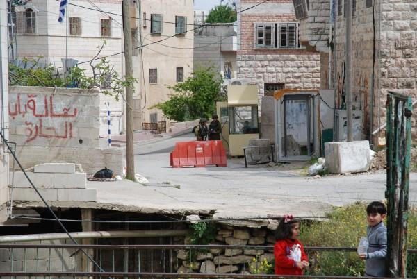 Vägspärr Gilbert, Shuhadagatan i Hebron. Bakom vägspärren ligger bosättningen Tel Rumeida. Foto: Karl-Göran Sundvall
