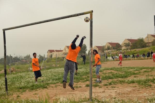 Umm al-Kheirs målvakt gör en räddning och i bakgrunden kan en se den israeliska bosättningen. Foto: William Ek-Uvelius