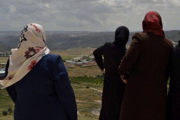 Fatima har åkt upp på Herodes berg med byrådet för att få en överblick över byn. Foto: K. Fox