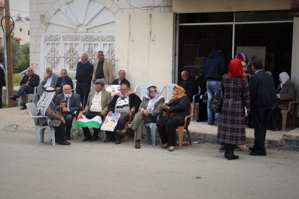 Varje tisdag samlas medlemmar ur den så kallade Prisoner's Club utanför Internationella Röda Korsets kontor i Tulkarem för att visa sitt stöd för palestinier som sitter i fängelse. Demonstrationen är icke-våldslig och målet är att öka medvetenhet om hur israeliska myndigheter behandlar palestinska fångar. Foto: Malin Andrén