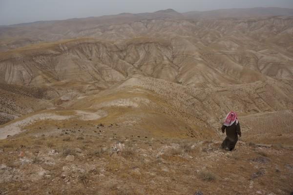Foto: Abu Ismael vandrar så snabbt och enkelt att vi har svårt att hinna med honom längs bergssluttningarna. Foto: Elin Jansson Holmberg