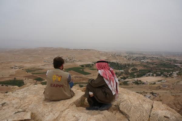 Foto: Abu Ismael och min följeslagarkollega Gabriel blickar ut över Ein ad Duyuk och Nuweima. Foto: Elin Jansson Holmberg