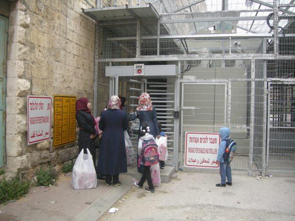 Elever och lärare på väg till Codrobaskolan i Hebron möts på morgonen av en stängd vägspärr. Foto: Per Anders Skytt
