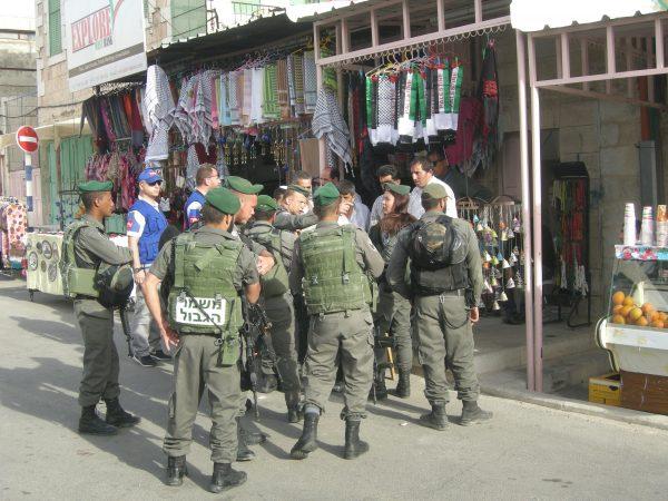 Militär och polis framför Abeds affär i Hebron strax efter att en bosättare attackerat en palestinier. Foto: Per Anders Skytt