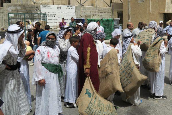 Barn marscherar till minne av an-Nakba i Tulkarem Camp. Foto: Erika Karlsson