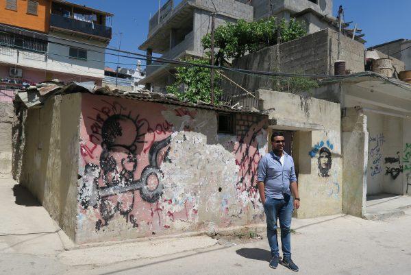 Ismael Hajajreh i Arroub Camp. Huset på bilden har inte byggts om sedan det byggdes på 1950-talet, till skillnad från de flesta andra husen i lägret. Foto: Erika Karlsson