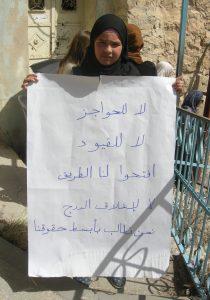 """""""Inga vägspärrar. Inga kedjor. Öppna gatan. Nej till den stängda trappan. Vi vill ha våra grundläggande rättigheter."""" Nadia Abu Odeh är en av deltagarna i den Palestinska sittstrejken vid vägspärr 55 i Hebron. Foto: Per Anders Skytt"""