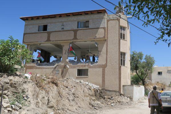 Familjen Masalhas hus har numera ingen mellanvåning. Efter att demoleringen var avslutad meddelade befälhavaren att familjen är förbjuden att återuppbygga den förstörda våningen. Foto: Erika Karlsson