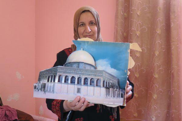 Dalal Masalha på undervåningen i sitt demolerade hus. Hennes tavla med motiv från al Aqsa-området i Jerusalem blev förstörd av soldaterna. Foto: Erika Karlsson