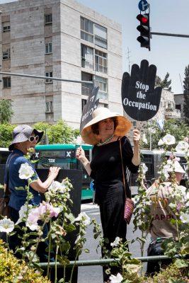 Varje fredag samlas Women in Black för att protestera mot Israels ockupation. Foto: Bo Hellström