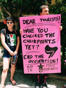Aktivister mot ockupationen på Tel Aviv Pride. Foto: Johanna Svanelind