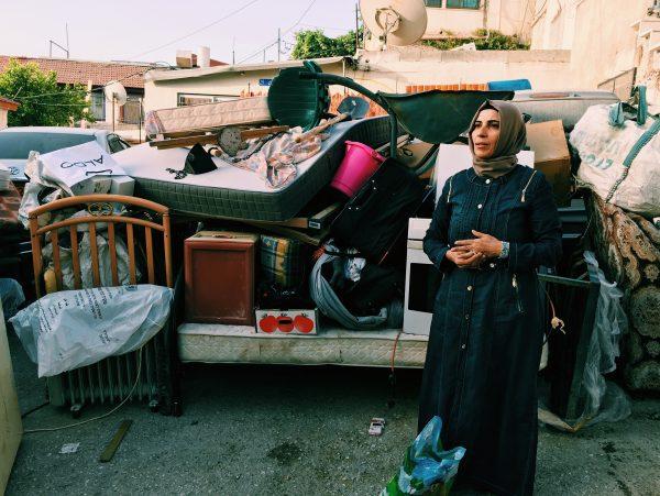 Karema Ghanem letar efter sin sons diabetesmedicin bland det som finns kvar av deras ägodelar. Foto: Johanna Svanelind