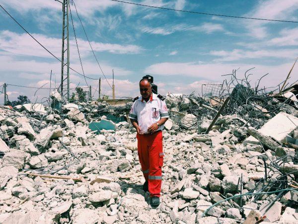 """""""Det här är ockupationens ansikte"""" säger Rajeh Hwareen när hans står bland vad som är kvar av hans rivna hus. Foto: Johanna Svanelind"""