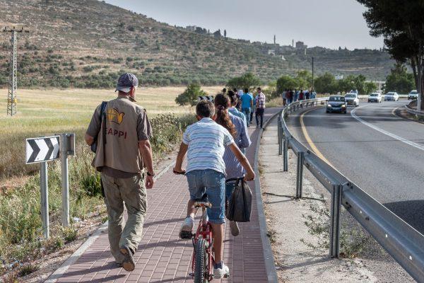 Vid 7.30 på morgonen följer vi ungdomarna till skolan. Foto: Ebba Thelander