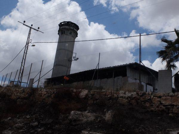 Israeliskt militärtorn utanför Beit Ummar