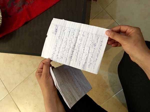 Shadis mamma läser ett brev han skrev till henne från centret han hålls på, till hennes födelsedag. Foto: Johanna Svanelind