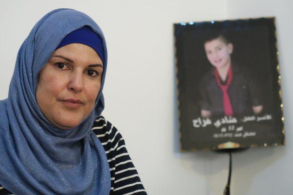 Farehan Farrah och hennes son Shadi. Shadi har sedan han greps hållits på ett ungdomshem i Israel. Han får ta emot ett entimmes besök från familjen en gång i veckan och prata med dem i telefon under tio minuter två gånger i veckan. För Shadis mamma Farehan Farrah är det komplicerat att hälsa på, eftersom hon måste söka ett inresetillstånd till Israel för varje tillfälle, så hon följer inte alltid med. Foto: Erika Karlsson