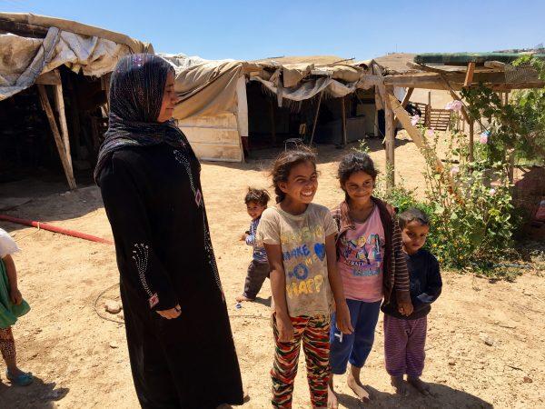 Husun Ali från beduinsamhället Khan al-Ahmar med Sana'a, Amal och Ahed. Foto: Johanna Svanelind