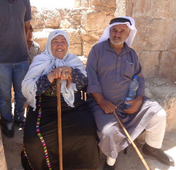 Zahrya och Muhammed Nawajah besöker gamla Susiya. Sitter framför böneplatsen. Foto: Maria Kileby