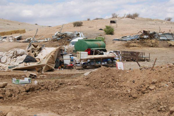 Efter rivningen var alla familjernas tillhörigheter i en enda röra och mycket är förstört. Foto: Zeinab