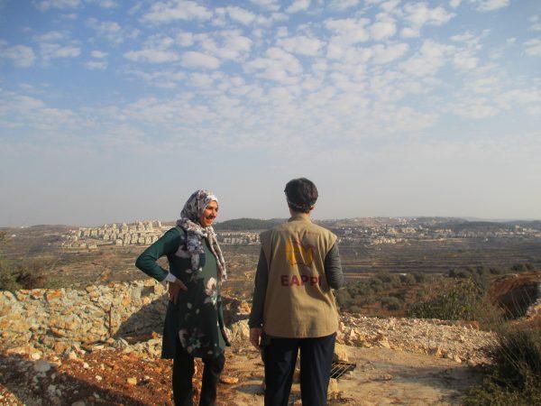 Roida Saher ser ut över dalen. På andra sidan dalen syns bosättningen Efrat. Foto: Susanne