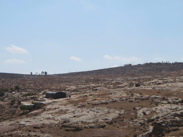 Jibrin och hans familjs hem är enkelt men funktionellt. I bakgrunden syns en israelisk bosättning. Foto: Viktor S