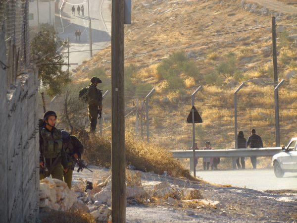 Soldater är ständigt närvarande. Här trottoaren utanför Tuqu´a skolan där barnen behöver passera för att komma till skolan. Foto: Katarina