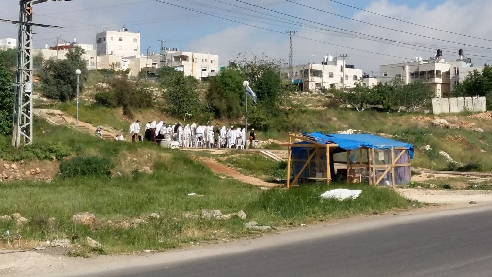 Bosättare vid en temporär synagoga.