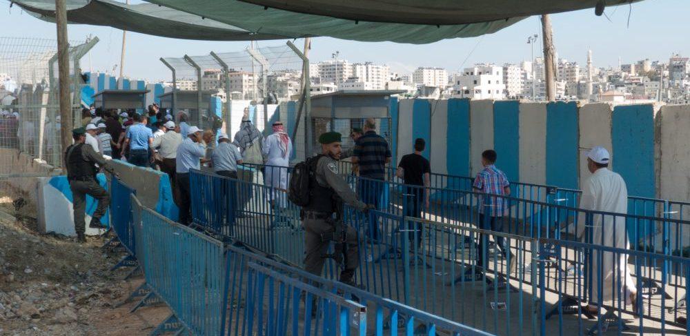 Männens sida av checkpoint vid Qalandya, en fredag i ramadan 2017. Foto: EAPPI