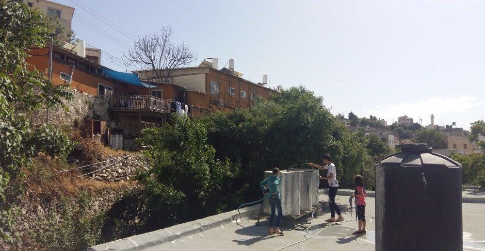 Utsikt från Sundus tak över den illegala israeliska bosättningen Tel Rumeida.