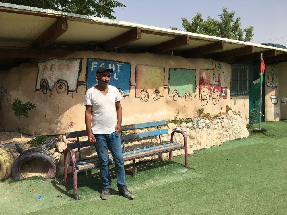 Abu Khamis framför Khan al-Ahmars skola. Bild: Mariell